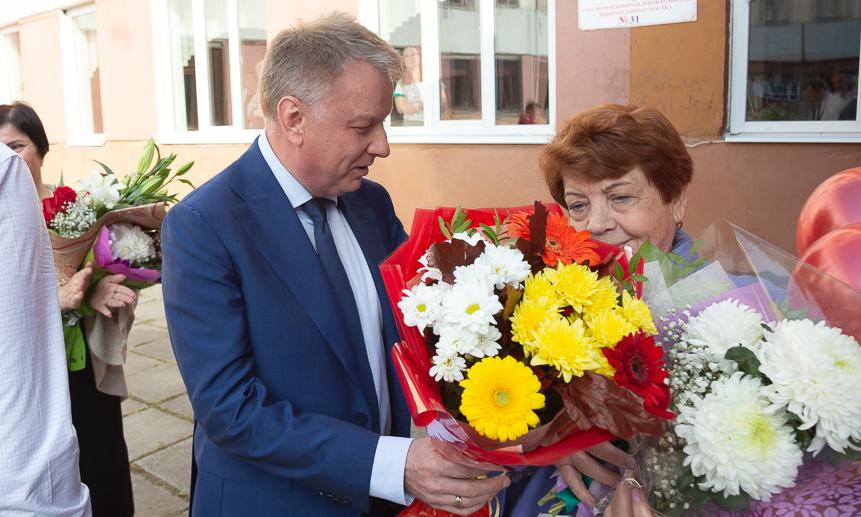 Цветы ипризнание– первому директору школы.